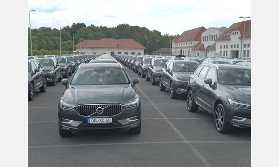 Foto der News Geschäftsführer Dr. Ulrich Kiffe bringt neuen Volvo XC60 persönlich ins Autohaus